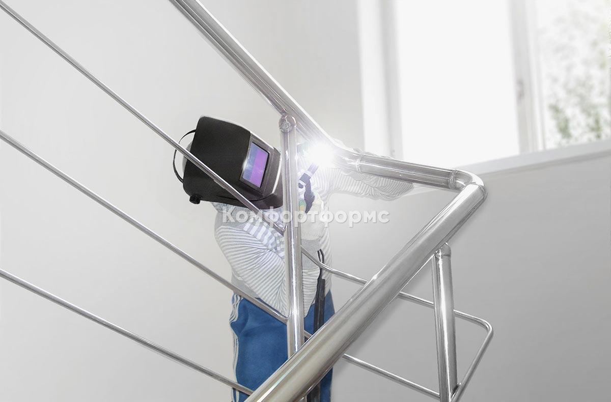 Монтаж перил из нержавеющей стали на лестнице