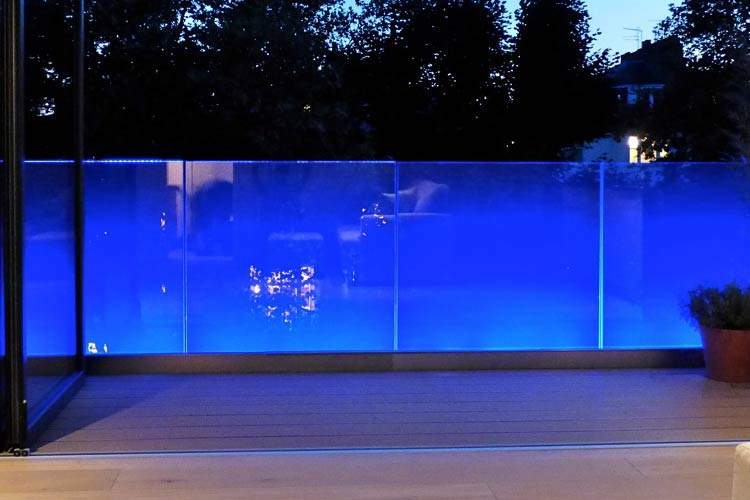 dom-steklo-podsvetka