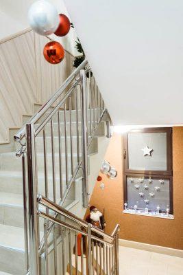 Ограждение лестницы в детском саду