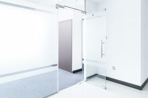 Перегородка с одностворчатой маятниковой дверью